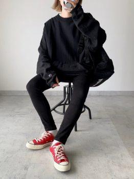 黒のスエットトレーナー×スキニーパンツ