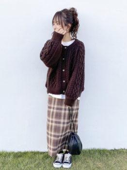 茶色のカーディガン×白のカットソー×チェック柄タイトスカート