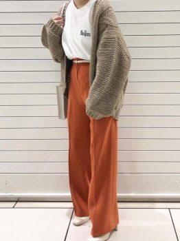 オレンジのパンツ×Tシャツ×カーディガン×ブーツ