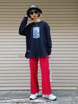 黒のロンT×スニーカー×ハット×赤パンツのコーデ