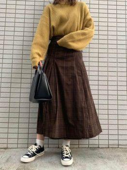 黒のスニーカー×ニット×スカート