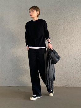 黒のスニーカー×Tシャツ×ニット×パンツ
