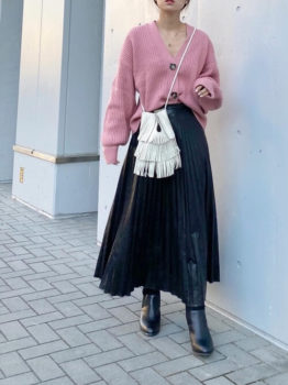 レザープリーツスカート×黒のブーツ×ピンクのカーディガン