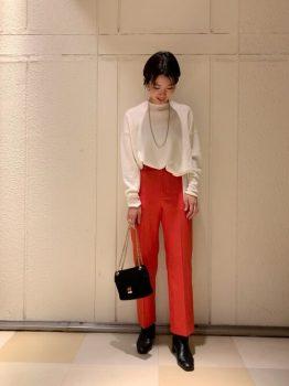 白ニット×黒のブーツ×赤パンツのコーデ