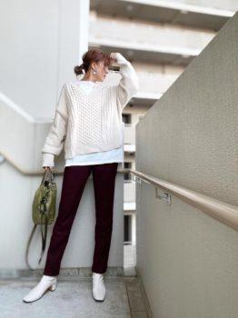 ニット×カットソー×白のブーツ×赤パンツのコーデ