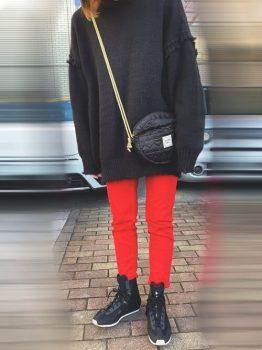 黒のスエット×ハイカットスニーカー×赤パンツのコーデ
