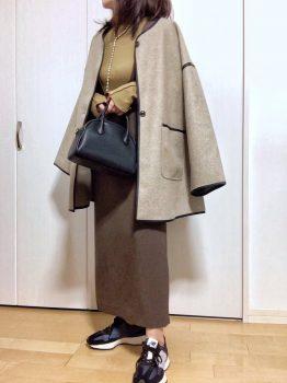 黒のスニーカー×カットソー×コート×スカート