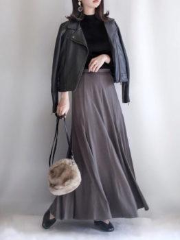 レザージャケット×黒のニット×グレーのフレアスカート
