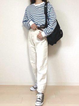 グレーのスニーカー×Tシャツ×パンツ