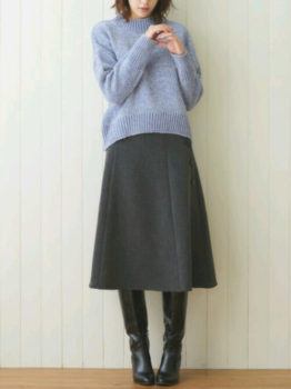 青のニット×ロングブーツ×グレーのフレアスカート