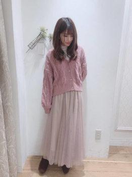 白のハイネック×シフォンスカート×ピンクのカーディガン