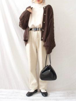茶色のカーディガン×白のトップス×白のワイドパンツ