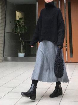 黒のタートルニット×ショートブーツ×グレーのフレアスカート