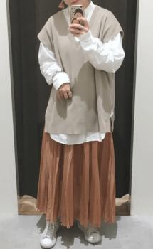 白シャツ×ニットベスト×茶色のロングスカート×白のスニーカー