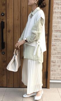 白のVネックニットベスト×シャツ×プリーツスカート