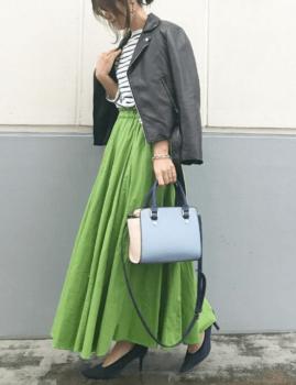 緑のフレアスカート×黒のレザージャケット×ボーダー×黒のパンプス