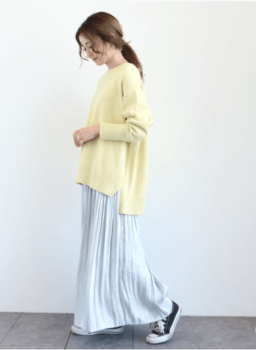 黄色の春ニット×スカート×スニーカー