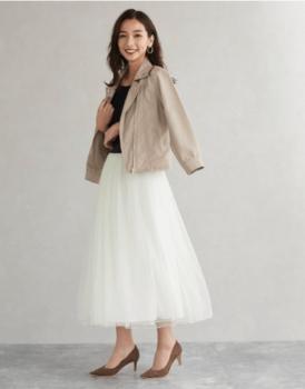 白のチュールスカート×Tシャツ×レザージャケット×パンプス