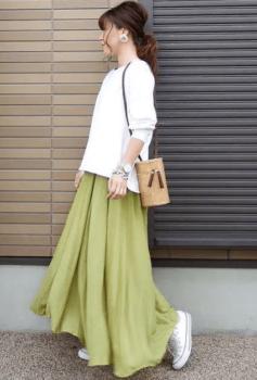 緑のフレアスカート×白のトレーナー×白のスニーカー