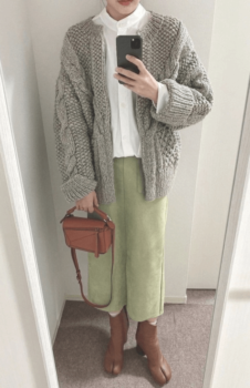 白シャツ×グレーのカーディガン×グリーンのタイトスカート×茶系の足袋ブーツ