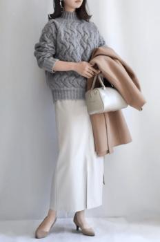 ライトグレーニット×白のタイトスカート×ベージュのパンプス