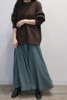 緑のフレアスカート×ブラウンのトレーナー×黒のブーツ