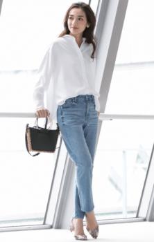 白シャツ×スキニーデニム×パンプス×黒のバッグ