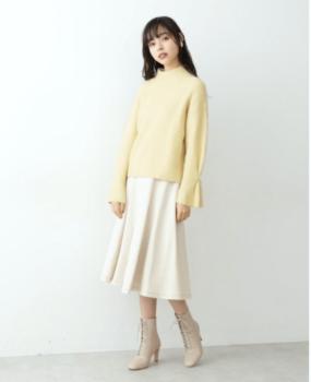 黄色の春ニット×スカート×レースアップブーツ
