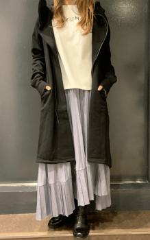 黒のパーカー×Tシャツ×アシメプリーツスカート