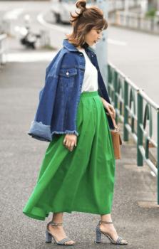 緑のフレアスカート×Gジャン×白のTシャツ×チェックのヒール