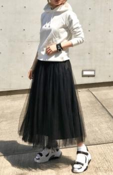 黒のチュールスカート×白のパーカー×スポーツサンダル