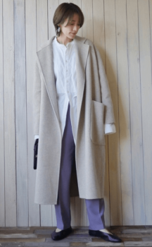 白シャツ×ベージュのチェスターコート×パープルパンツ×黒のバレエシューズ