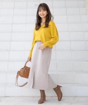 黄色の春ニット×ロングスカート×ショートブーツ