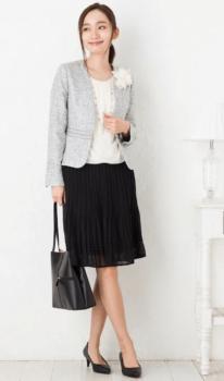 ツイードジャケット×黒のプリーツスカート×白のコサージュ