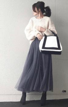 ネイビーのチュールスカート×白のケーブル編みニット×黒のブーツ