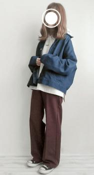 白のパーカー×オーバーサイズのデニムジャケット