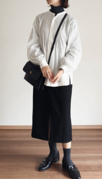 白のブラウス×黒のタイトスカート×黒のタートルネック×革靴