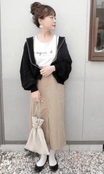 黒のパーカー×ロゴTシャツ×タイトスカート