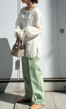 白のブラウス×ミントグリーンパンツ×靴