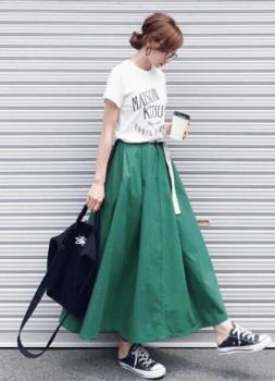 緑のフレアスカート×ロゴTシャツ×黒のスニーカー×リュック