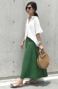 緑のフレアスカート×白のスキッパーシャツ×サンダル×かごバッグ