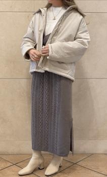 白のブラウス×ニットスカート×マウンテンパーカー