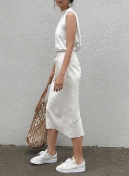 白スニーカー×ノースリーブトップス×タイトスカート
