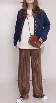 薄いブラウンのプリーツパンツ×ロンT×デニムシャツ