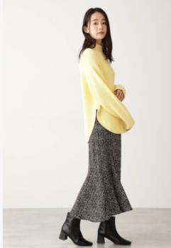 黄色の春ニット×マーメイドスカート×ショートブーツ