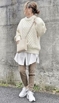 白シャツ×ニット×スキニーパンツ×白のスニーカー