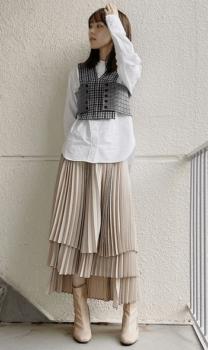 白シャツ×ビスチェ×ティアードスカート×ブーツ