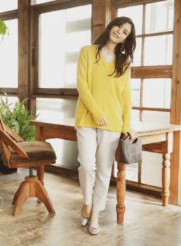 黄色の春ニット×Tシャツ×パンツ×パンプス