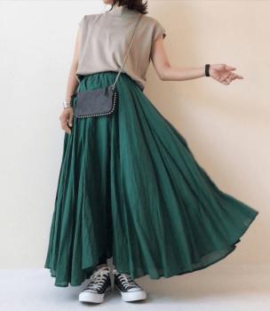 緑のフレアスカート×ベージュのカットソー×黒のスニーカー