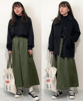 緑のフレアスカート×黒ステンカラーコート×黒のトレーナー×黒のスニーカー×トートバッグ